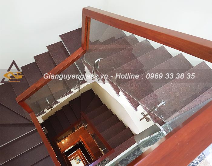 Mẫu cầu thang kính tay vịn gỗ Lim Nam Phi cao cấp