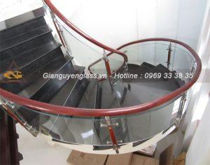 cầu thang kính cong