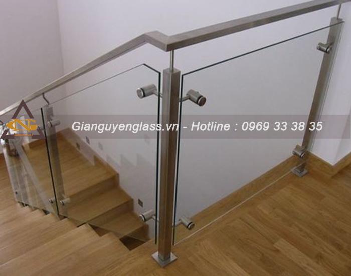 Mẫu cầu thang kính chân cao cho nhà hẹp