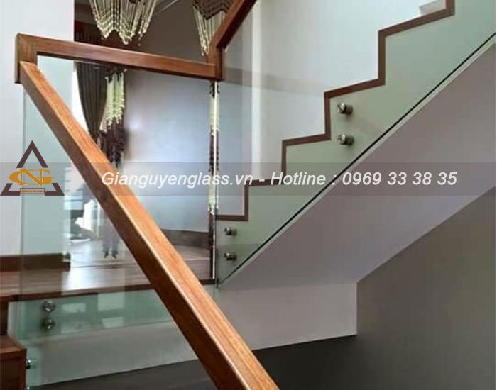 mẫu cầu thang kính tay vịn gỗ