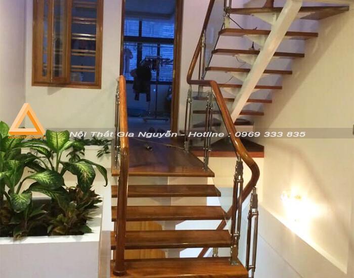 Cầu thang kính chân cao tại Hà Nội