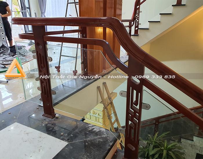 Cầu thang kính chân gỗ đẹp