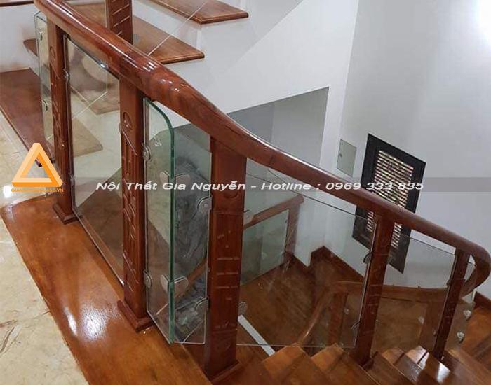 Cầu thang kính chân gỗ tại Hà Nội