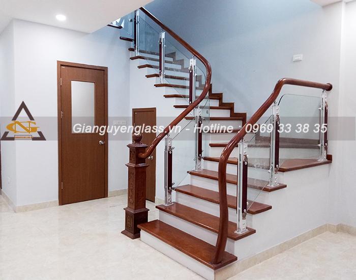 3 mẫu thiết kế cầu thang kính dành cho nhà ống bạn nên biết Cau-thang-kinh-chan-hop-kim-nhom-3-1