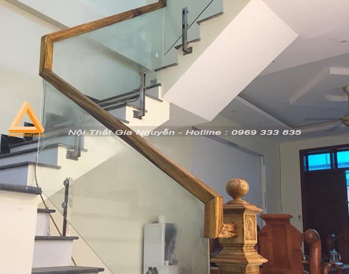 Cầu thang kính chân trụ inox tại Hà Nội