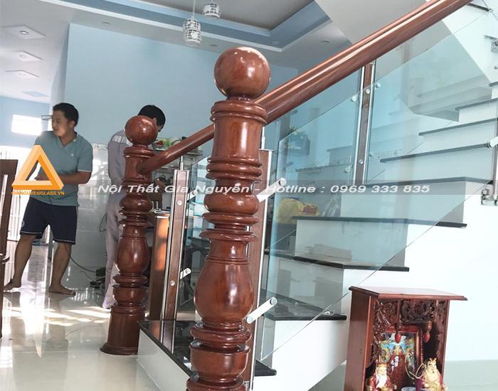 Cầu thang lan can kính chân nhôm Hà Nội