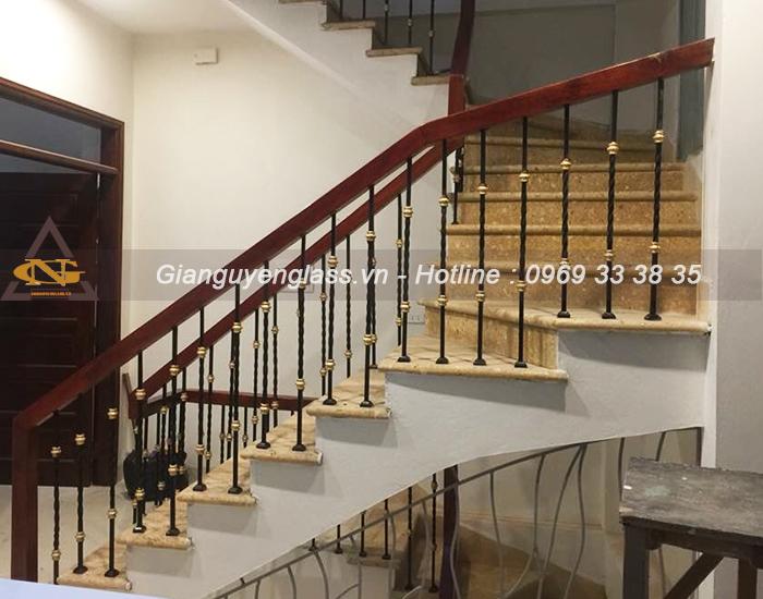 Mẫu cầu thang sắt nghệ thuật quả dọ xoắn vuông