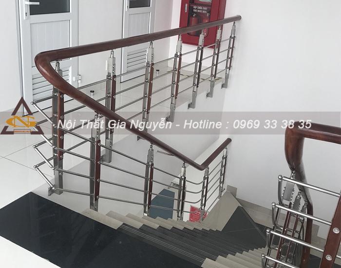 Chia sẻ những kiểu thiết kế cầu thang dành cho nhà ống hiện đại Cau-thang-inox