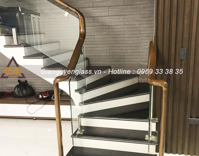 Những mẫu cầu thang kính hiện đại