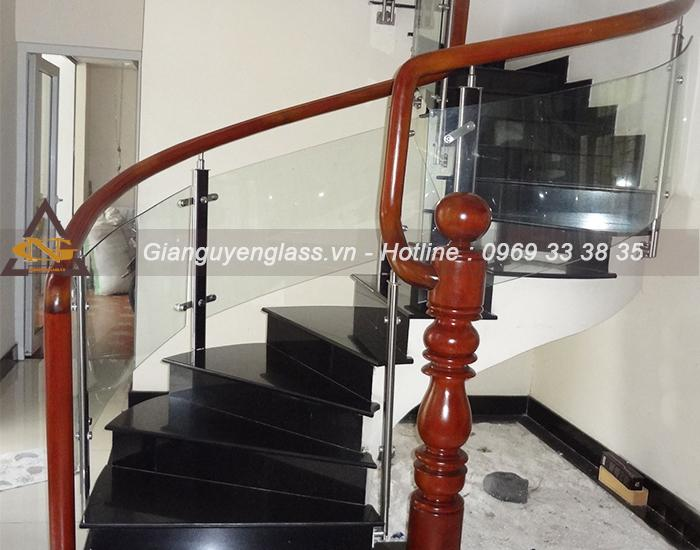 Những mẫu cầu thang kính cong đẹp giá rẻ