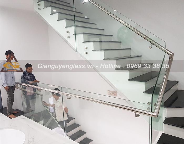 Cầu thang lan can kính bắt Pad