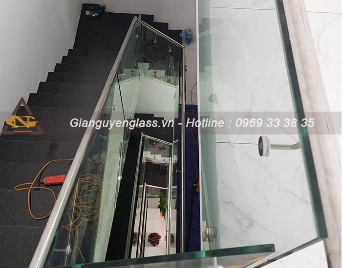 Cầu thang kính tay vịn inox đẹp giá rẻ tại Ecopark