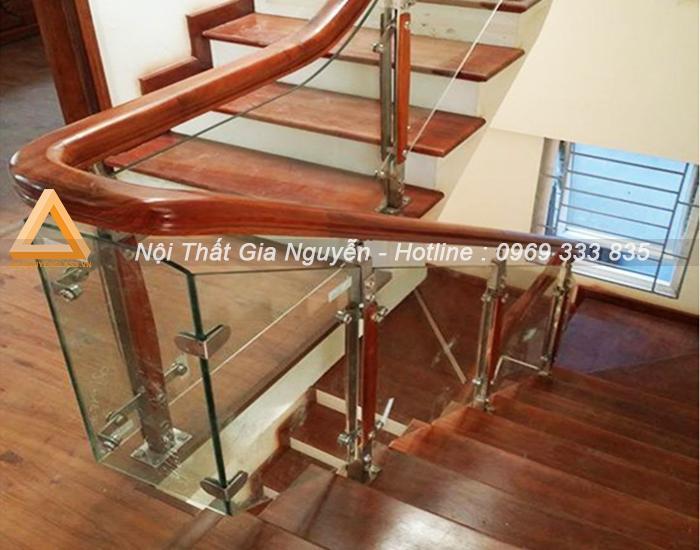 Mẫu cầu thang kính trụ inox tay gỗ