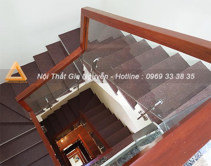 Cầu thang lan can kính đẹp