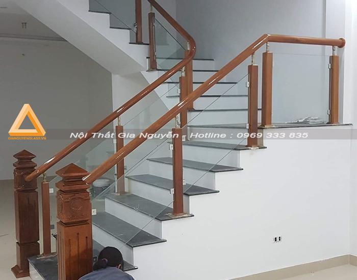 Làm cầu thang kính chân gỗ