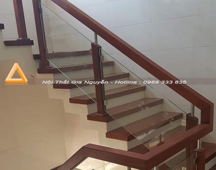 Mẫu cầu thang lan can kính chân gỗ đẹp