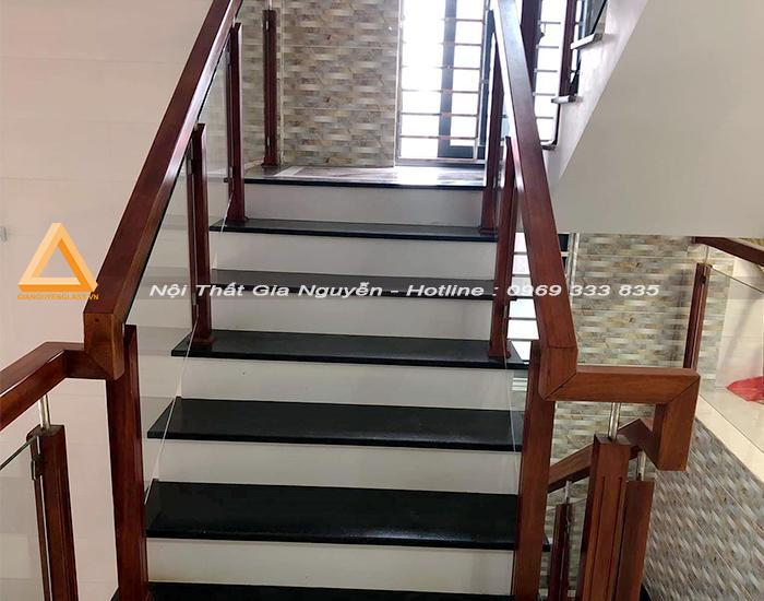Cầu thang kính trụ gỗ đẹp