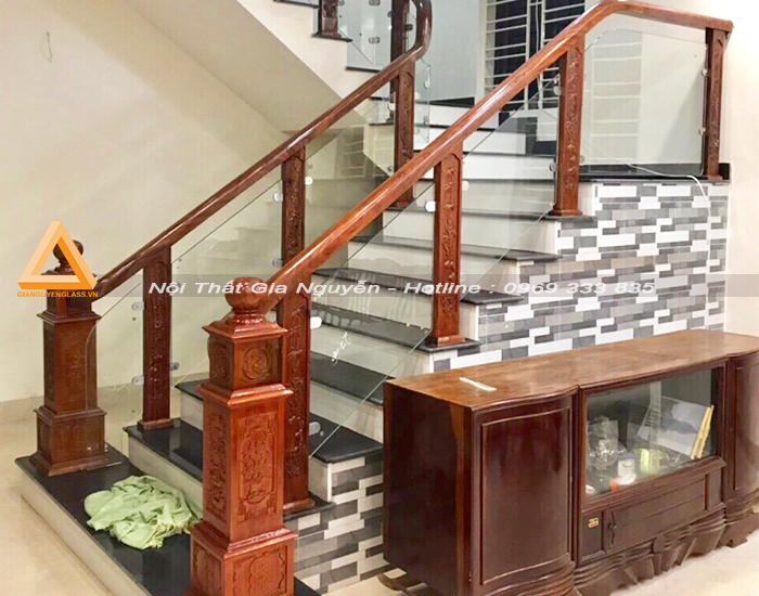 Cầu thang kính cường lực chân gỗ