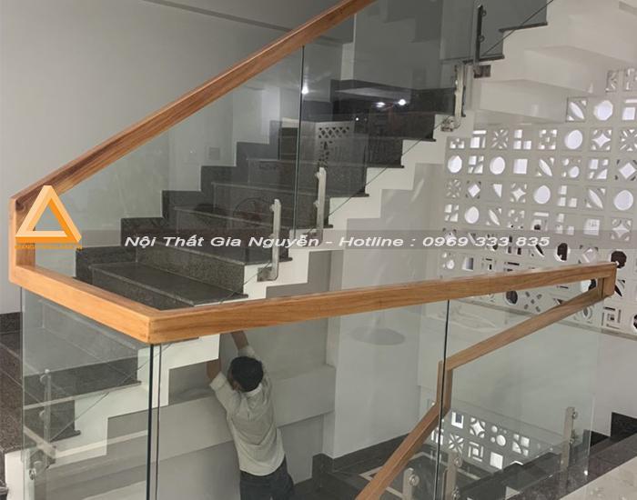 Mẫu cầu thang kính cho nhà hẹp