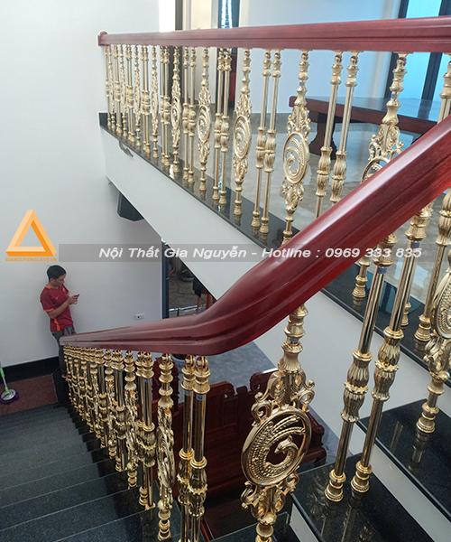 Mẫu Cầu thang nhôm đúc song vàng đẹp