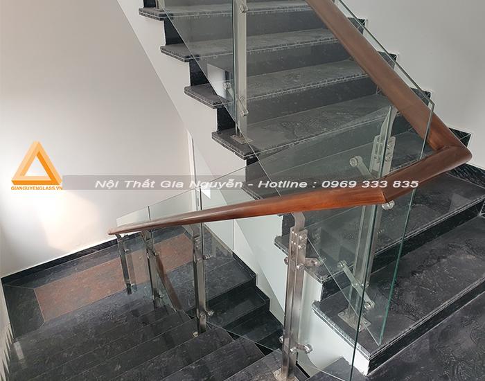 Cầu thang kính chân inox cao