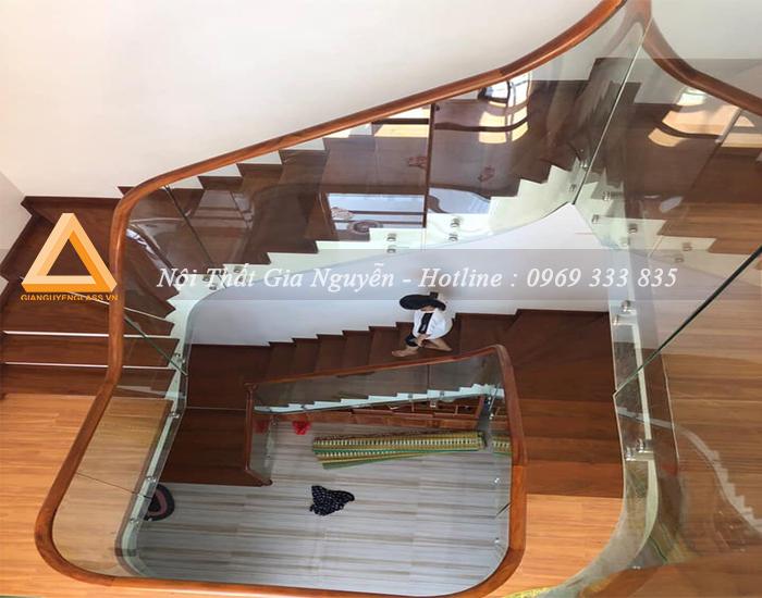 Cầu thang kính củ pass