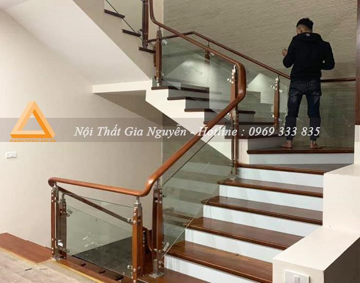 Cầu thang kính chân cai hai nẹp gỗ